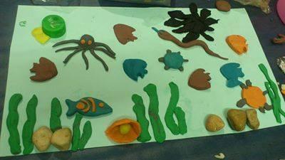 عامر ومساة وإيمان وآية صنعوا لوحة الأسماك من الصلصال